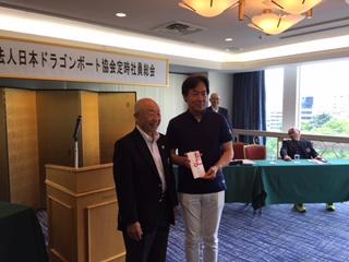 「日本代表選手ウエアー募金」贈呈の様子
